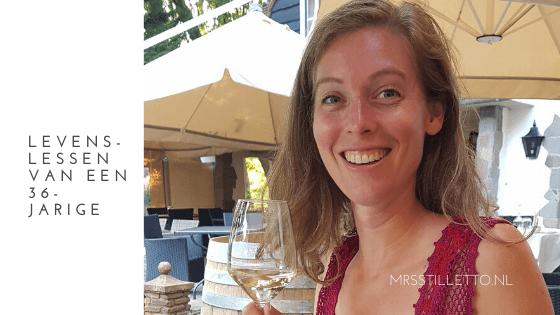 levenslessen van een 36-jarige wat ik geleerd heb sinds mijn dertigste mrsstilletto.nl nancy met een glas droge witte wijn in haar hand